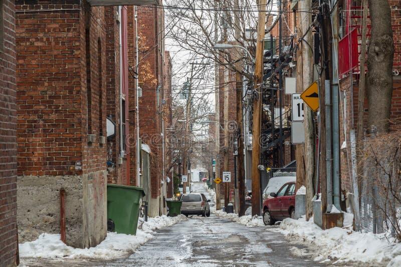 Typowa Północnoamerykańska mieszkaniowa martwy koniec alei ulica zakrywająca w śniegu w mieszkaniowej części Montreal, Quebec, Ka fotografia royalty free