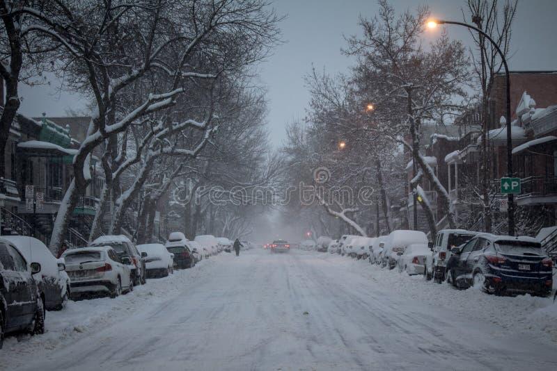 Typowa Północnoamerykańska mieszkaniowa ulica zakrywająca w śniegu w mieszkaniowej podmiejskiej części Montreal, Quebec, Canad obrazy royalty free