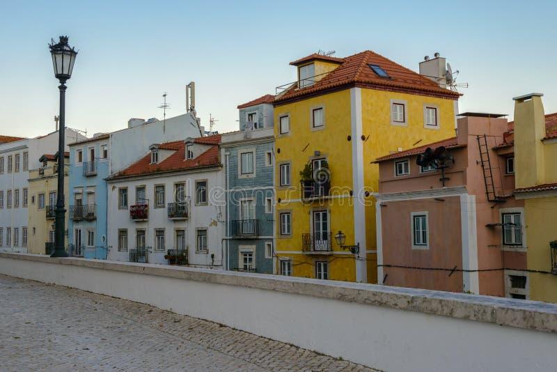 Typowa powierzchowność starzy domy w wąskiej ulicie w Lisbon obrazy stock