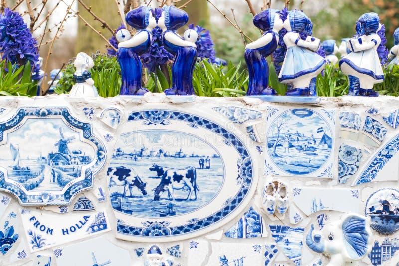 Typowa scena holandie: Holenderscy porcelana kubki z białymi tulipanami i innymi kwiatami w Keukenhof uprawiają ogródek obraz royalty free