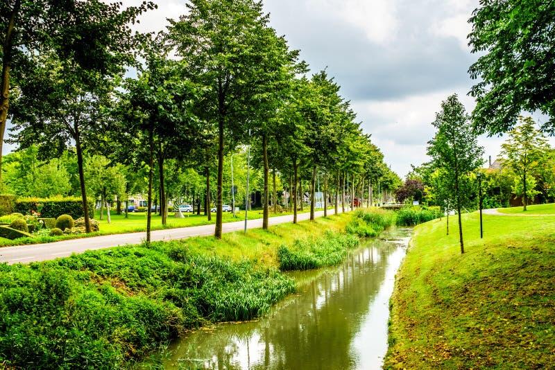 Typowa scena kanałowy bieg przez historycznej wioski Midden Beemster obraz royalty free