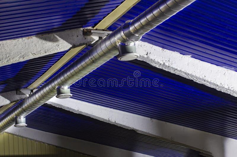 Typowa ujście wentylacja i centrali wentylacji kanał Round galwanizował stalowego kanał łączy typowy dyfuzor fotografia stock