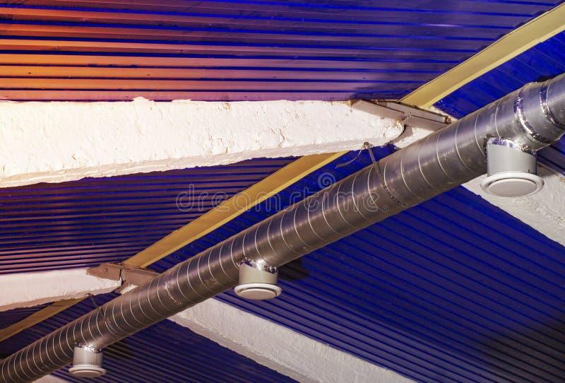 Typowa ujście wentylacja i centrali wentylacji kanał Round galwanizował stalowego kanał łączy typowy dyfuzor obraz royalty free
