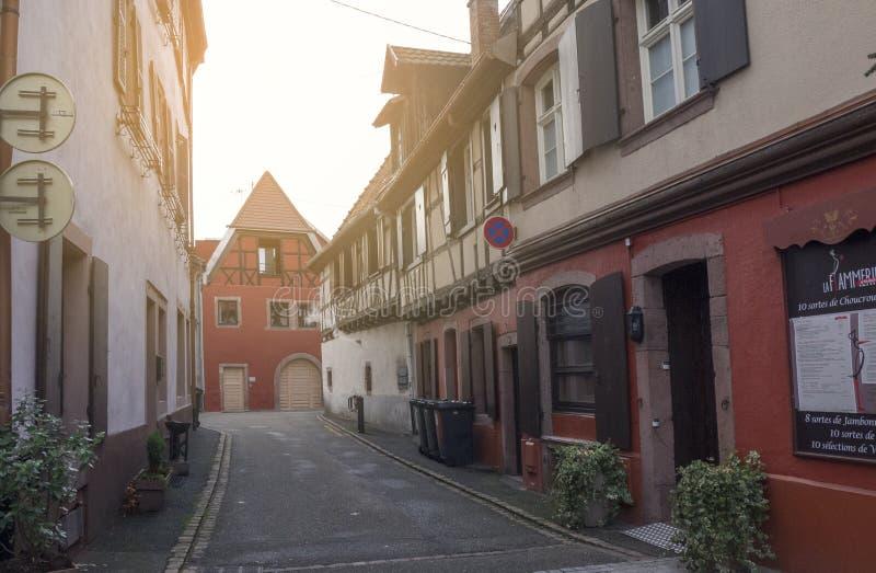 Typowa ulica z kolorowymi domami osobliwie Alsace zdjęcie royalty free