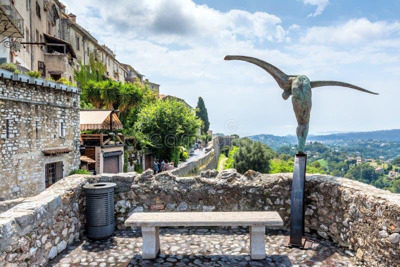 Typowa ulica z statuą i panoramiczny widok w Saint Paul De V fotografia royalty free