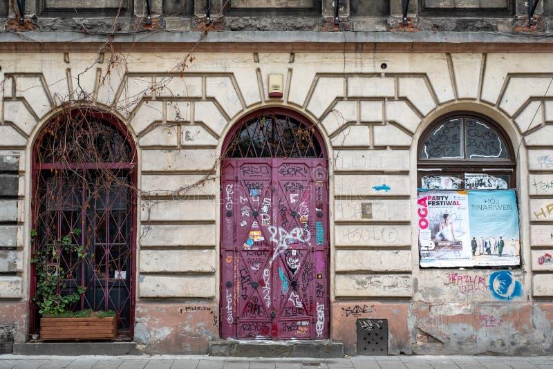Typowa uliczna scena w Krakow, Polska, z zbutwiałym budynkiem Fotografujący blisko Placu Nowy Kazimierz historyczna Żydowska ćwia zdjęcie royalty free