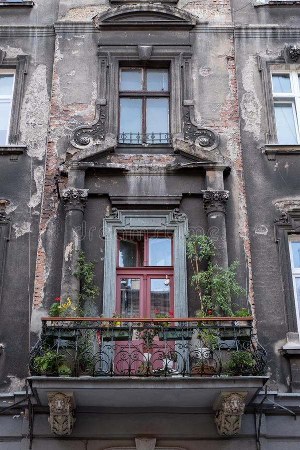 Typowa uliczna scena w mieście Krakow, Polska, pokazuje starego budynek z balkonem zdjęcia royalty free