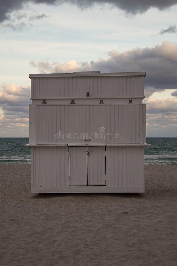 Typowe barwione, drewniane plażowe budy w południe plaży, Miami obraz stock