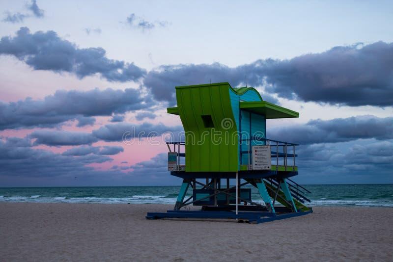Typowe barwione, drewniane plażowe budy w południe plaży, Miami fotografia stock