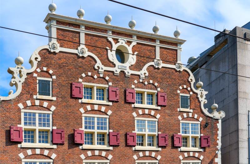 Typowe klasyczne Holenderskie fasady kanałowi domy w holandiach przeciw niebieskiemu niebu na słonecznym dniu przy sunse zdjęcia stock