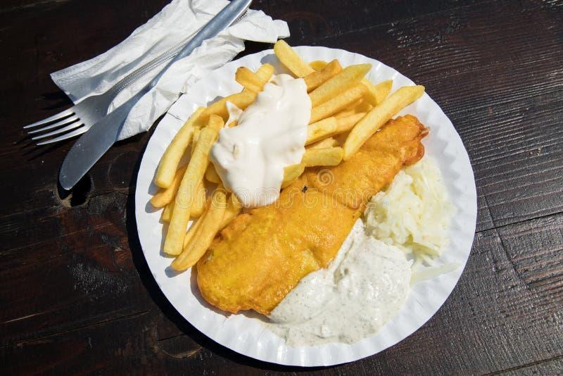 Typowej niemiec Friesland Pollack głęboka smażąca ryba w piwnym cieście naleśnikowym z Francuskimi dłoniakami, majonezem, kumberl zdjęcie stock