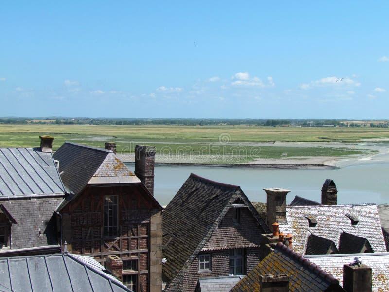 Typowi łupkowi dachy domy od Mont saint michel zdjęcia stock