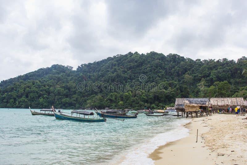 Typowi domy na stilts i łodzi w Moken Dennej wiosce na Koh Surin Tai w Surin wysp parku narodowym zdjęcie royalty free