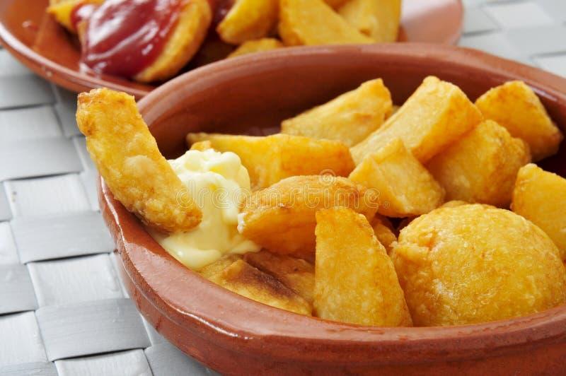 Typowi hiszpańscy patatas bravas, smażyć grule z gorącym kumberlandem fotografia stock