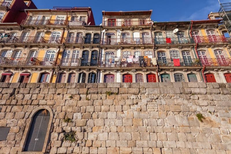 Typowi kolorowi budynki Ribeira okręg w Porto, Portugalia obraz royalty free