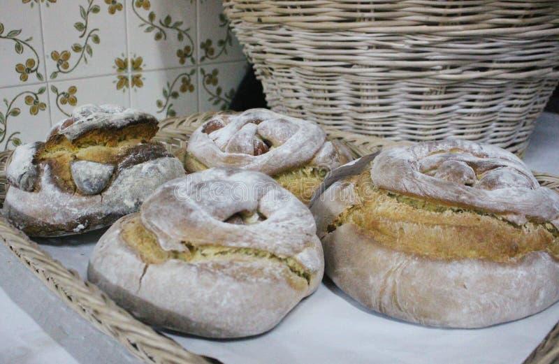 Typowi Portugalscy wielkanoc torty także nazwany Folar lub folares z tradycyjnymi portuguese płytkami w tle, fotografia royalty free