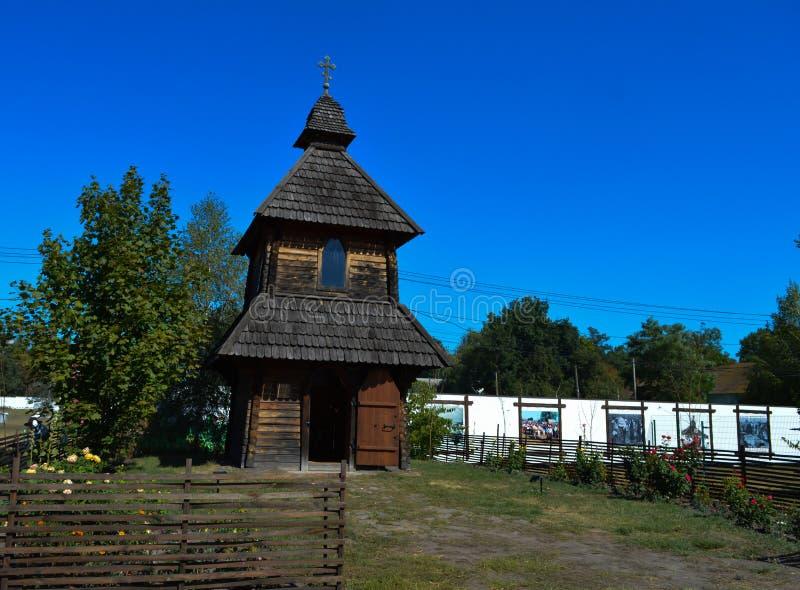 Typowy antyczny Ukraiński drewniany kościół przy krajowym Ukraińskim rocznika rynku ` Soroch obraz stock