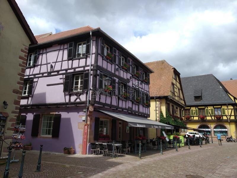 Typowy dom w Rhenish stylu fiołkowy i czarny w centrum Kaysesberg zdjęcia royalty free