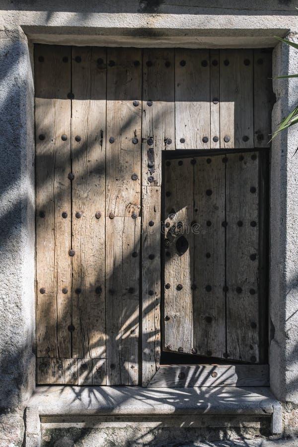 Typowy drewniany drzwi w średniowiecznym stylu domu, Trujillo zdjęcia royalty free