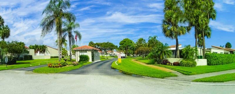 Typowy Floryda dom w wsi z drzewkami palmowymi, tropikalnymi roślinami i kwiatami, fotografia royalty free