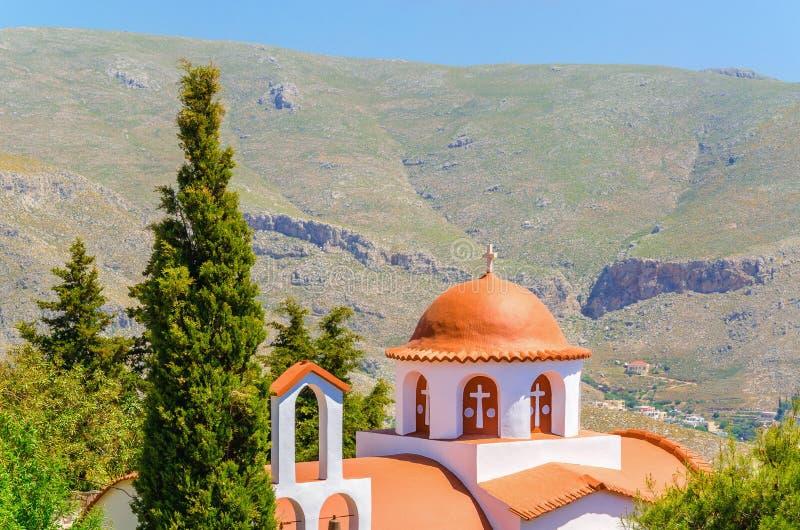 Typowy Grecki kościół w górach z ciborami w ogródzie, Gre fotografia stock