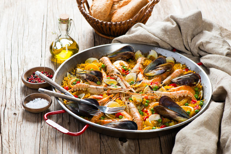Typowy hiszpański owoce morza paella obraz stock