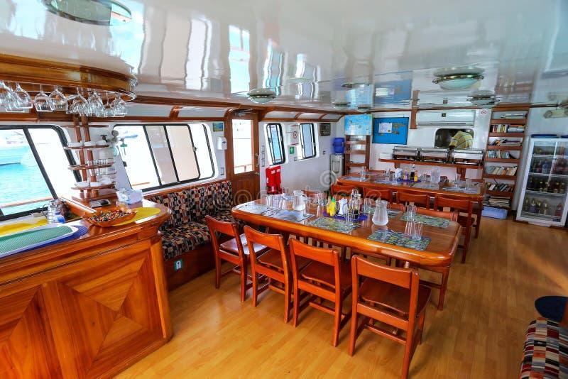 Typowy holu teren wśrodku turystycznego jachtu w Galapagos obywatelu P obrazy stock