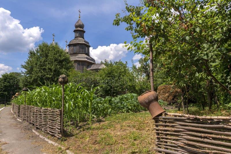 Typowy knia? krajobraz Drewniany stary kościół, łozinowy ogrodzenie z garnkami Ukraina Sednev zdjęcia stock