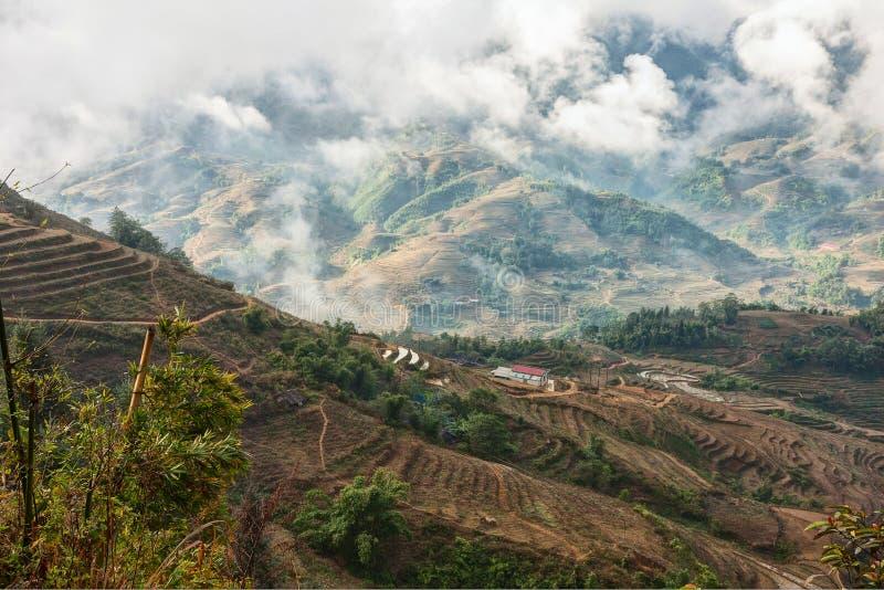 Typowy krajobraz na sposobie Ta Van Wioska przy rankiem w mokrym sezonie blisko Sa Pa, Lao Cai prowincja, północny wietnam fotografia stock