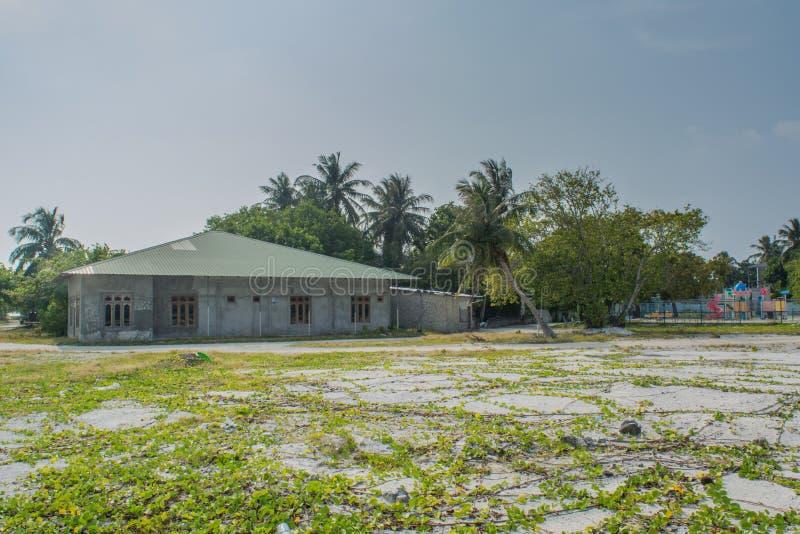 Typowy Maldivian dom lokalizować w wiosce przy tropikalną wyspą Fenfushi zdjęcia stock
