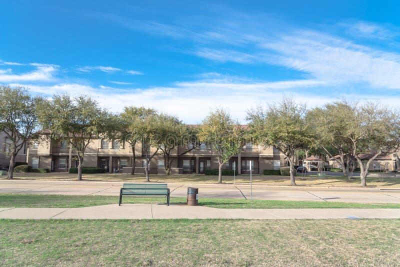 Typowy mieszkanie blisko jawnego parka w Irving, Teksas, usa fotografia stock