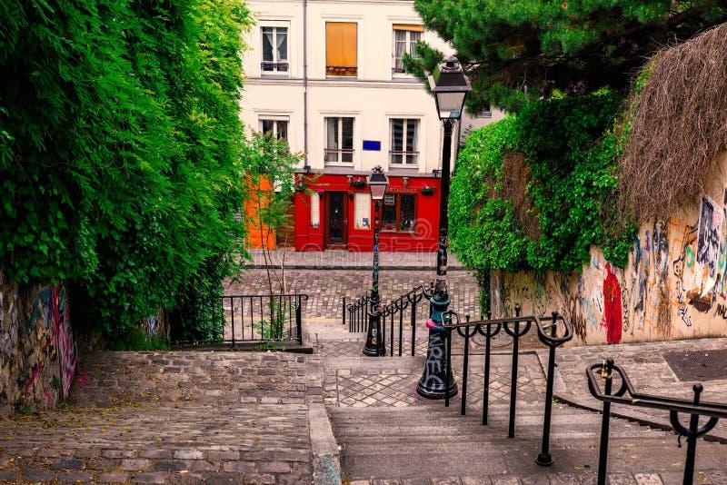Typowy Montmartre schody w Paryż zdjęcia royalty free