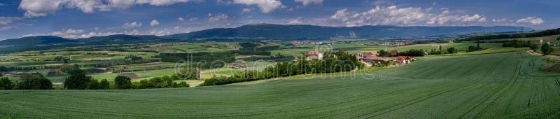 Typowy pastoralny widok na zielonych łąk, kasztelów, kolejowych i małych fabrykach w Szwajcaria, zdjęcia royalty free
