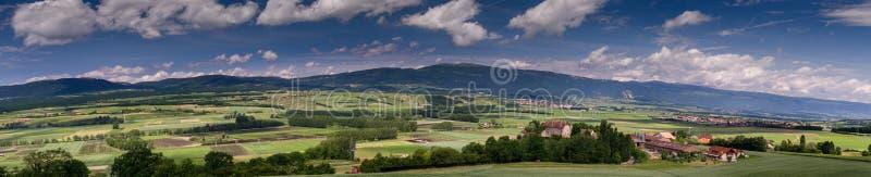 Typowy pastoralny widok na zielonych łąk, kasztelów, kolejowych i małych fabrykach w Szwajcaria, obraz royalty free