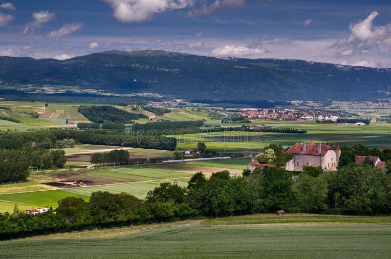 Typowy pastoralny widok na zielonych łąkach, kasztelach, domach i kolei w Szwajcaria, zdjęcia royalty free