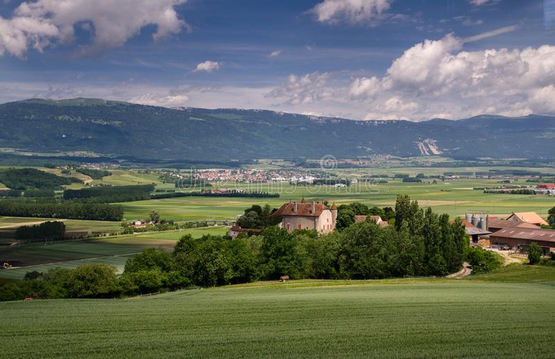 Typowy pastoralny widok na zielonych łąkach, kasztelach, domach i kolei w Szwajcaria, zdjęcie stock