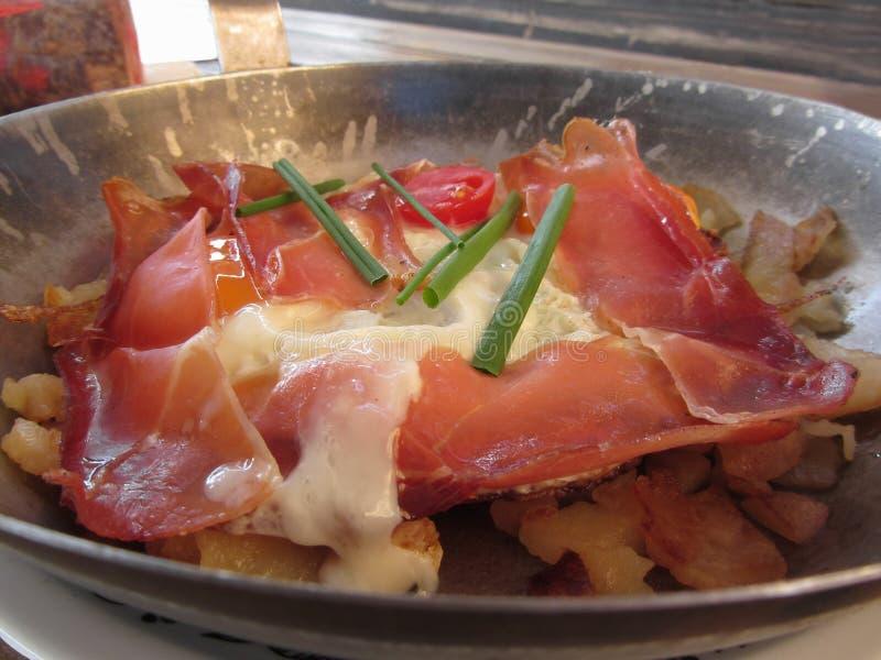 Typowy Południowy Tyrolean naczynie słuzyć niecka smażył z drobiną, halnym serem, jajkami, grulami i szczypiorkiem, obraz stock
