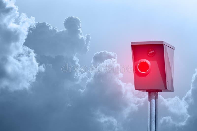 Typowy radarowy oklepiec, prędkość oklepiec, prędkości kamera przed chmurnym niebem fotografia stock