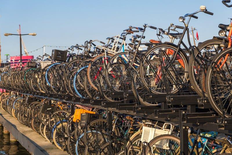 Typowy rowerowy parking w Amsterdam, holandie obrazy stock
