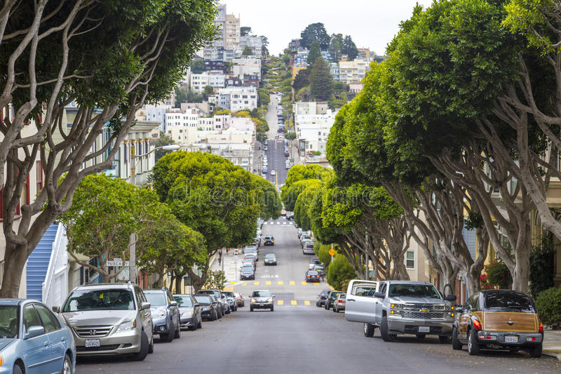 Typowy San Fransisco górkowaty sąsiedztwo i parkujący samochody na stronie, Kalifornia, usa zdjęcie royalty free