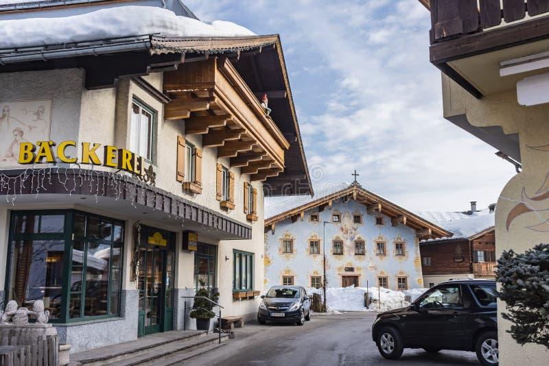 Typowy Tyrolean architektury St Johann w Tirol Austria fotografia stock