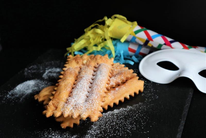 Typowy włoski karnawałowy klajstrowaty rozpryskany z sproszkowanym cukierem fotografia stock