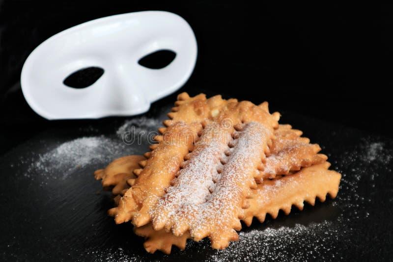 Typowy włoski karnawałowy klajstrowaty rozpryskany z sproszkowanym cukierem zdjęcia stock