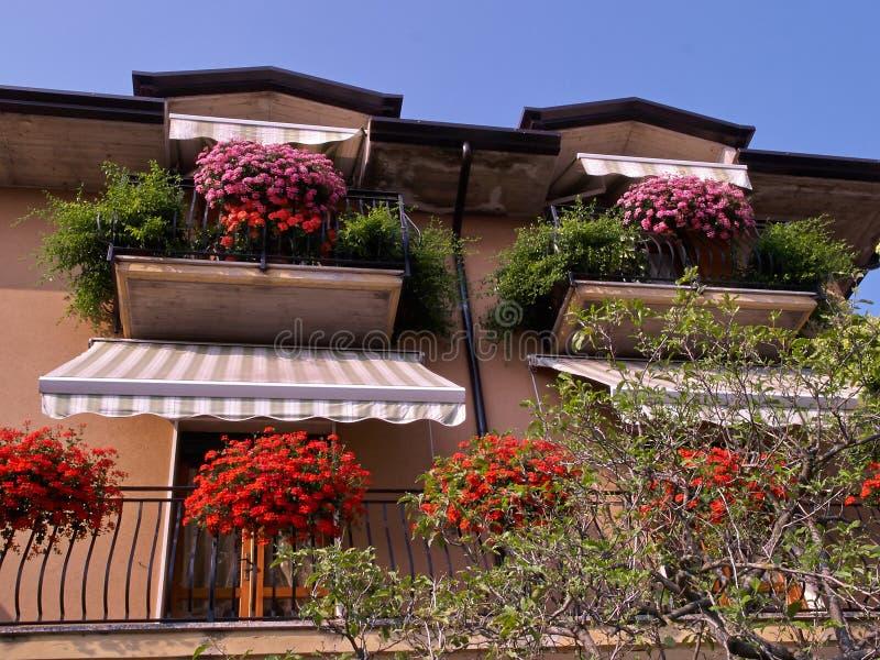 Typowy włoszczyzna domu balkon z kwiatami zdjęcia royalty free