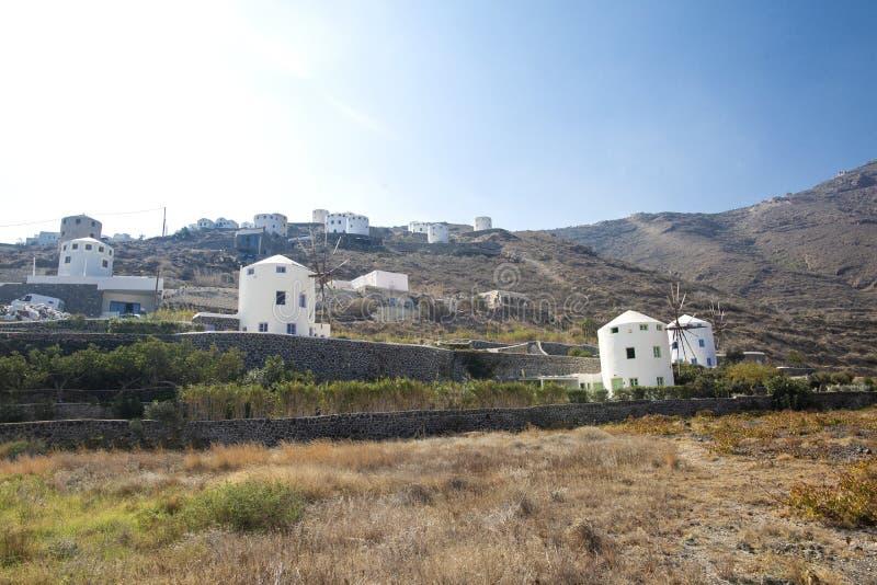 Typowy wiatraczek w Santorini Biali budynki na wzgórzu, wiatraczku i drzewach, są typowi dla Santorini, Grecja Sławni wiatraczki obraz stock