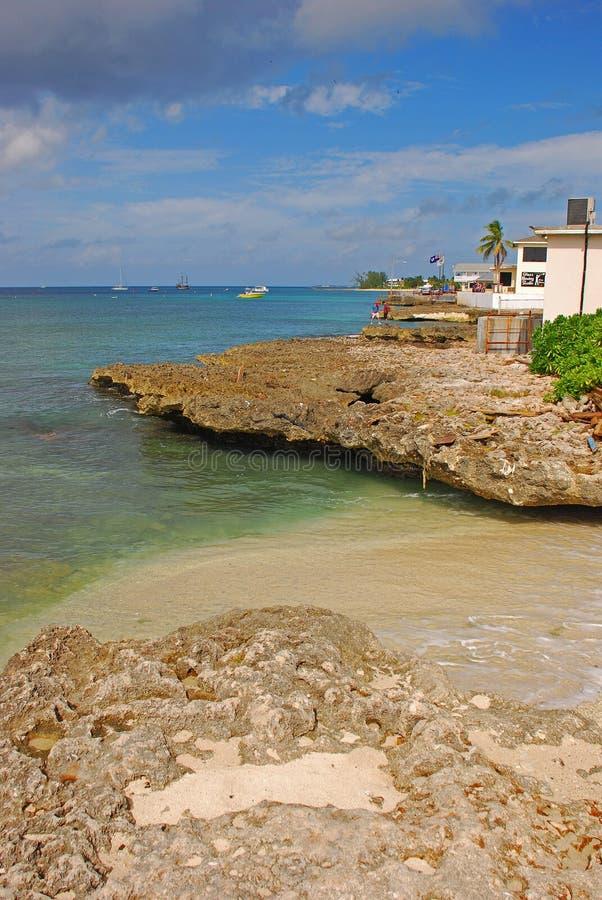 Typowy widok skalista plaża z czystym jasnym wodnym niedalekim George Town, kajman wyspy zdjęcia stock