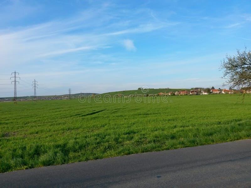 Typowy wiejski wizerunek z wioskami, polami, wzgórzami i niebieskimi niebami na, pogodnej wiośnie lub letnim dniu fotografia royalty free