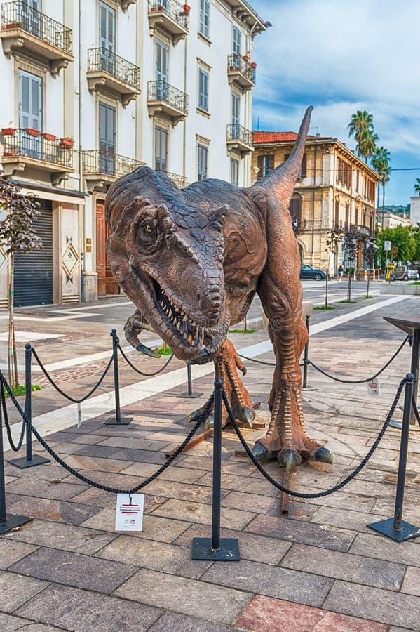 TyrannosarieRex dinosaurie, aka t-rex, på utställningen i Cosenza, arkivbilder
