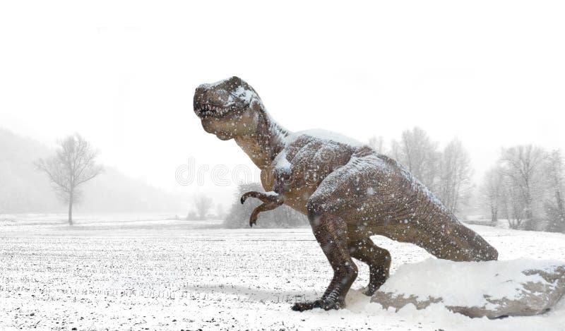 Tyrannosaurus onder de sneeuw in de winterland stock afbeelding
