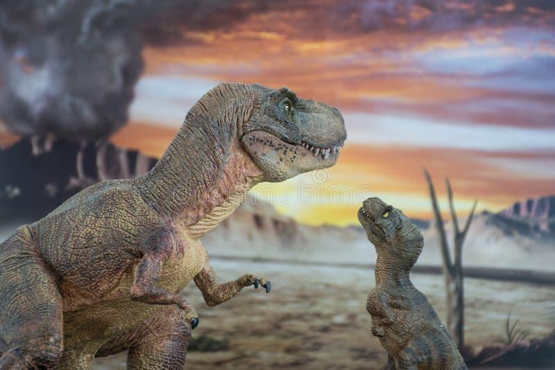 Tyrannosaurus rex met baby t -t-rex met krijtachtig land op de achtergrond stock afbeeldingen